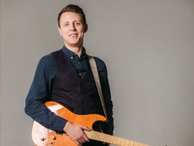 Игорь Брежнев – преподаватель игры на акустической и электрогитаре.